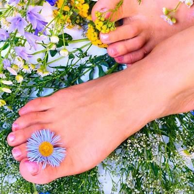 Причины появления красных пятен на ногах